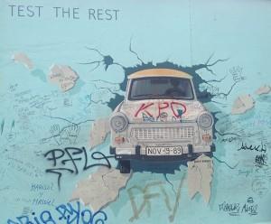 East Side Gallery Trabant ud af væggen